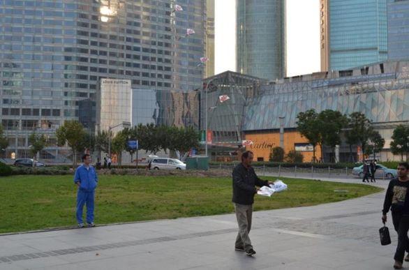 Vendiendo cometas chinas frente a Cartier